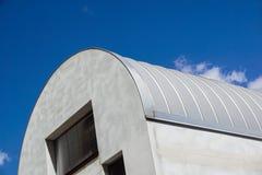 现代的建筑 金属有肋骨曲拱间距屋顶复盖物 美好查找户外妇女年轻人 免版税库存照片