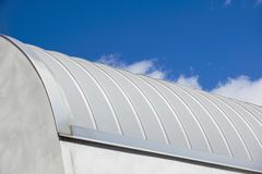 现代的建筑 金属有肋骨曲拱间距屋顶复盖物 美好查找户外妇女年轻人 免版税图库摄影