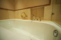 现代的浴缸水龙头 库存照片