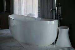 现代的浴缸 库存照片