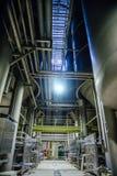 现代的酿酒厂 啤酒发酵和成熟性的大组分交付的大桶和管道 免版税库存照片