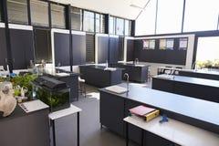 现代科学教室在一所小学 免版税图库摄影