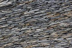 现代稀薄的板岩石头分层了堆积墙壁纹理样式背景 图库摄影