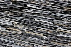 现代稀薄的板岩石头分层了堆积墙壁纹理样式背景 免版税库存图片
