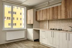 现代米黄的厨房 免版税库存照片