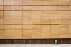 现代米黄金属铺磁砖墙壁 库存照片