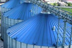 现代粮仓,与一个绿色屋顶的金属筒仓 免版税库存图片
