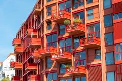 现代红色多家庭公寓 免版税库存照片