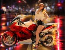 现代红色摩托车的时髦的女孩 免版税库存照片