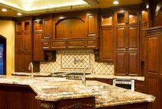 现代细木家具的厨房 免版税库存图片