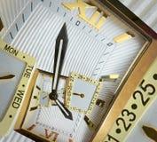 现代经典金黄手表时钟摘要分数维螺旋 观看时钟异常的抽象纹理分数维样式背景 免版税图库摄影