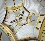 现代经典金黄手表时钟螺旋摘要正方形分数维 观看时钟异常的抽象纹理分数维样式背景 免版税库存照片