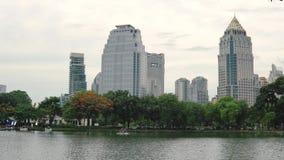 现代绿色大都会 大湖在高楼旁边的一个大公园在商业区 股票视频