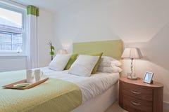 现代美丽的卧室 库存图片