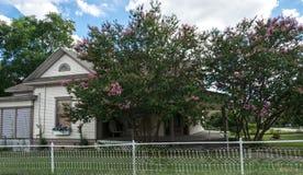 现代美国农村生活在得克萨斯 木村庄和庭院 库存照片