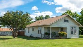 现代美国农村生活在得克萨斯 老村庄和庭院 免版税库存图片