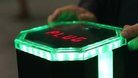 现代聪明的插入式充电站的介绍电动车的 影视素材