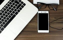 现代膝上型计算机、智能手机、耳机和玻璃 库存图片
