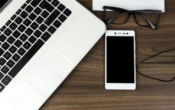 现代膝上型计算机、智能手机和耳机 免版税图库摄影