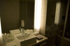 现代花梢旅馆客房卫生间 图库摄影