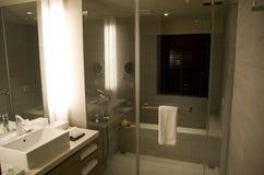 现代花梢旅馆客房卫生间 免版税库存图片
