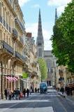 现代街道在古老法国城市红葡萄酒 免版税库存照片