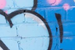 现代街道艺术水平的背景或纹理 难看的东西有街道画艺术的砖墙 与Grafiti的都市表面 编译老 库存图片