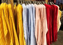 现代衣裳在挂衣架的一家商店 库存照片