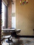 现代表和椅子在咖啡馆的窗口 免版税库存图片