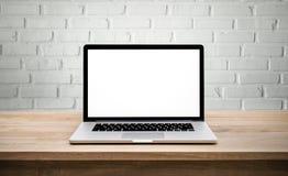 现代计算机,有黑屏的膝上型计算机在墙壁砖 免版税库存照片