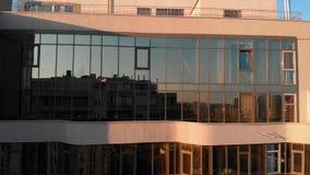 现代设计摩天大楼空中射击有户外玻璃mirrow窗口的 现代公寓玻璃门面 股票录像