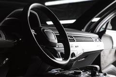 现代豪华声望汽车内部,仪表板,方向盘 黑皮革内部 免版税库存照片