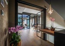 现代豪华顶楼房屋公寓内部  免版税图库摄影
