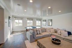 现代豪宅家庭娱乐室 免版税图库摄影
