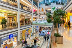 现代购物中心内部视图 免版税库存照片