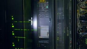 现代超级计算机 数据中心 在4K的特写镜头真正的录影 股票视频