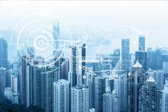 现代都市地平线 全球性通信和网络 网际空间在大城市 硬币舍去图形市场铅笔红色snd股票上升 电子商务和电子银行 免版税库存图片