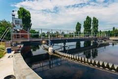 现代都市污水处理厂 沉积作用排水设备圆的形式 免版税库存图片