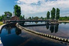 现代都市污水处理厂 沉积作用排水设备坦克圆的形式 库存图片