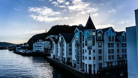 现代都市海岸线在Alesund,挪威 免版税库存图片
