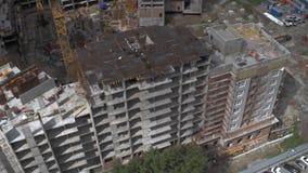 现代都市风景的未完成的居民住房工地工作 通风 股票录像