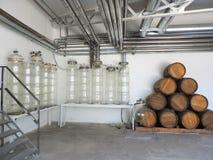 现代酿酒厂 在金字塔堆积的老葡萄酒桶 库存照片