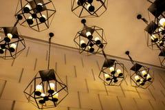 现代金属时髦的吊天花板灯有美好的墙壁背景 免版税库存图片