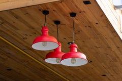 现代金属红色枝形吊灯 免版税库存照片