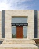 现代门的房子 免版税图库摄影