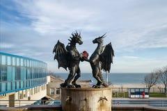 现代雕塑'在爱的龙'在艺术家达林Lazarov的一个石垫座在瓦尔纳 图库摄影