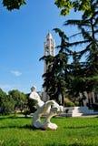 现代雕塑,斜倚的妇女形象,地拉纳,阿尔巴尼亚 免版税库存图片
