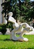 现代雕塑,斜倚的妇女形象,地拉纳,阿尔巴尼亚 库存照片