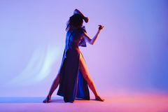 现代青少年的当代舞蹈家在演播室背景前面摆在 免版税库存照片