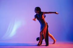 现代青少年的当代舞蹈家在演播室背景前面摆在 免版税库存图片